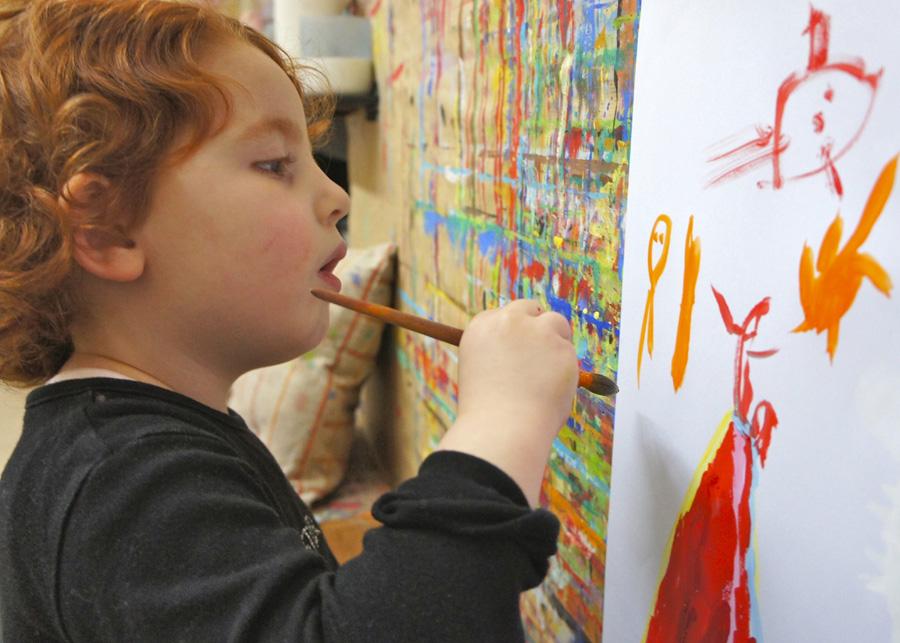 D'abord, l'enfant peint debout....