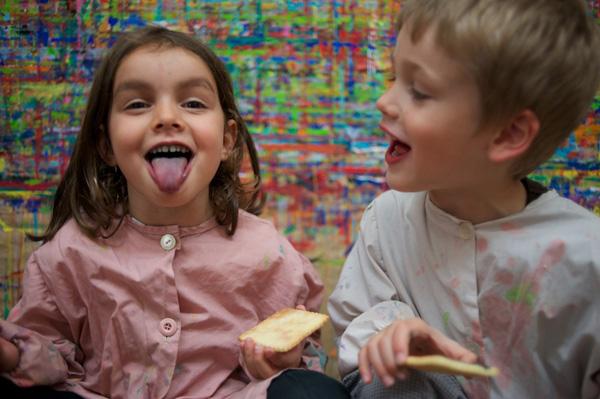 Les langues des enfants sont légérement colorées.