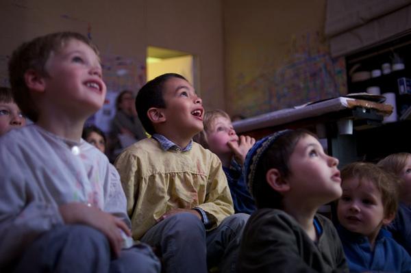 Les enfants se voient en photos : les regards sont merveilleux.