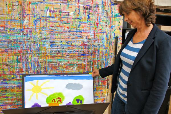 Une grand-mère se souvient de l'enfance, en voyant les tableaux de ses petits enfants.