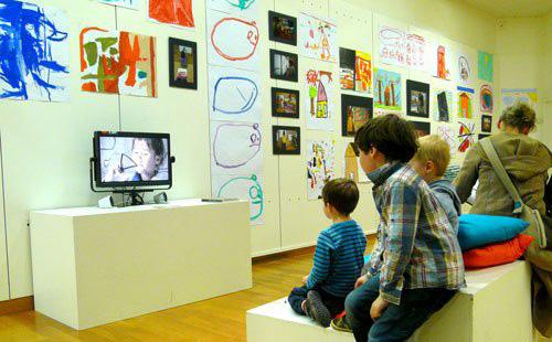 Les enfants regardent le film 'Dessine-toi'.