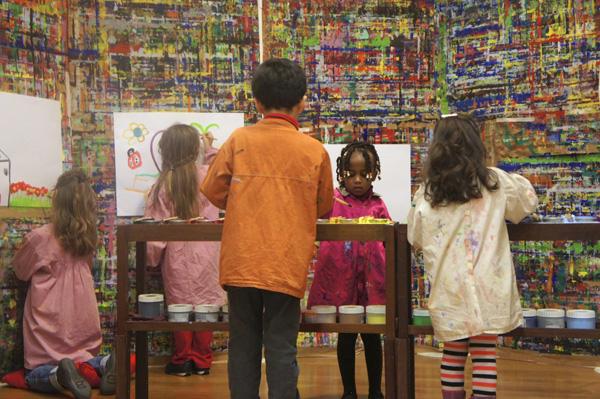Les enfants participent à des ateliers de peinture.