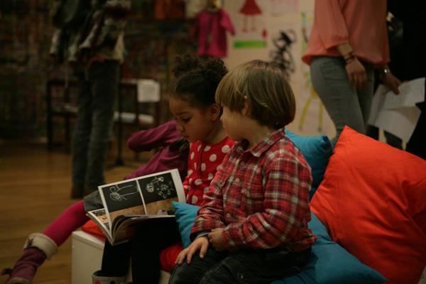Les enfants découvrent l'exposition.