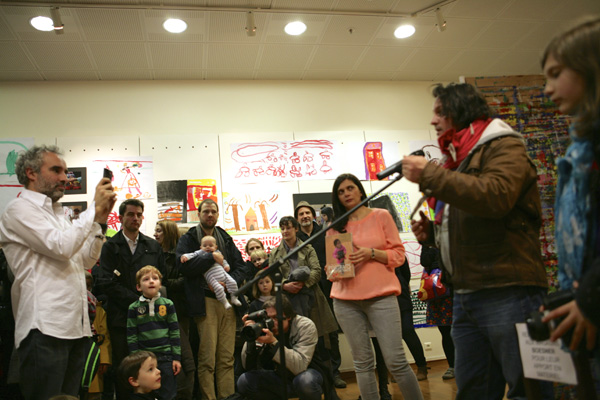 Le réalisateur Gilles Porte présente l'exposition.