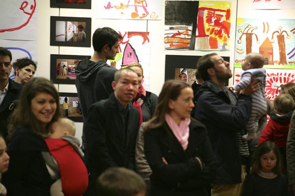 Le public visite l'exposition.